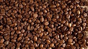 Φασόλια καφέ burlap στην απόλυση, υπόβαθρο με απόθεμα βίντεο
