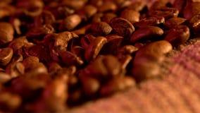 Φασόλια καφέ burlap στο υπόβαθρο απόλυσης με απόθεμα βίντεο