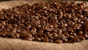 Φασόλια καφέ burlap στο υπόβαθρο απόλυσης απόθεμα βίντεο