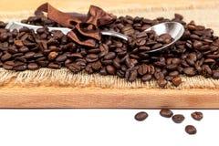 Φασόλια καφέ sackcloth με ένα κουτάλι Στοκ φωτογραφία με δικαίωμα ελεύθερης χρήσης