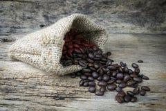 Φασόλια καφέ sackcloth στην τσάντα Στοκ φωτογραφία με δικαίωμα ελεύθερης χρήσης
