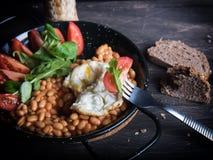 Φασόλια με το αυγό, τις ντομάτες και τη σαλάτα Στοκ Εικόνες