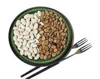Φασόλια σε ένα πιάτο και τα δίκρανα Στοκ εικόνες με δικαίωμα ελεύθερης χρήσης