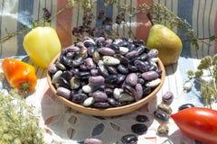 Φασόλια στο κύπελλο αργίλου, λαχανικά, χορτάρια, αγροτικό υπόβαθρο Στοκ εικόνες με δικαίωμα ελεύθερης χρήσης