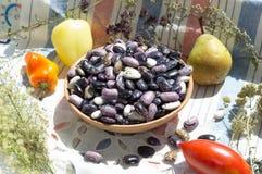 Φασόλια στο κύπελλο αργίλου, λαχανικά, χορτάρια, αγροτικό υπόβαθρο Στοκ Εικόνες