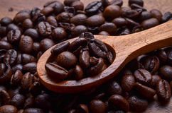 Φασόλια υποβάθρου/καφέ φασολιών καφέ στο ξύλινο υπόβαθρο Στοκ Εικόνες