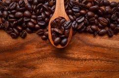 Φασόλια υποβάθρου/καφέ φασολιών καφέ/φασόλια καφέ σε ξύλινο Στοκ Εικόνες