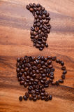Φασόλια φλιτζανιών του καφέ στο ξύλινο υπόβαθρο Στοκ φωτογραφία με δικαίωμα ελεύθερης χρήσης