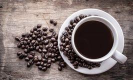 Φασόλια φλυτζανιών καφέ στοκ εικόνες με δικαίωμα ελεύθερης χρήσης