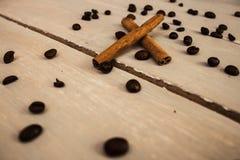 Φασόλια cofee κανέλας στο ξύλο Στοκ Εικόνα
