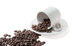 Φασόλια Coffe που ανατρέπονται από το φλυτζάνι Στοκ εικόνα με δικαίωμα ελεύθερης χρήσης