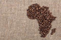 Φασόλια Coffe που διαμορφώνουν την Αφρική burlap Στοκ Φωτογραφίες