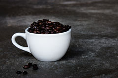 Φασόλια Coffe στο φλυτζάνι καφέ Στοκ φωτογραφίες με δικαίωμα ελεύθερης χρήσης