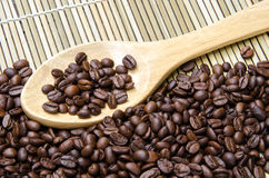 Φασόλι καφέ με το χαλί μπαμπού Στοκ Εικόνες