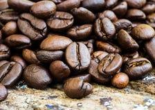 Φασόλι καφέ σε έναν ξύλινο πίνακα Στοκ Φωτογραφίες
