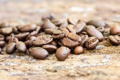 Φασόλι καφέ σε ένα ξύλο Στοκ Εικόνες