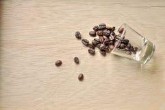 Φασόλι καφέ στην ξύλινη ανασκόπηση Στοκ Εικόνες