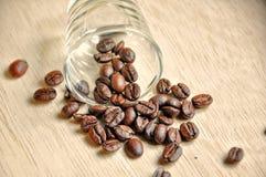 Φασόλι καφέ στην ξύλινη ανασκόπηση Στοκ Εικόνα