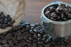 Φασόλι καφέ στη λαβή στον πίνακα Στοκ Φωτογραφίες
