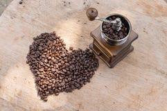 Φασόλι καφέ στη μορφή καρδιών Στοκ Εικόνες