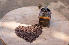 Φασόλι καφέ στη μορφή καρδιών Στοκ εικόνα με δικαίωμα ελεύθερης χρήσης
