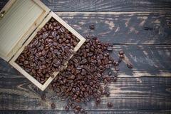 Φασόλι καφέ στο ξύλινο κιβώτιο στο ξύλινο υπόβαθρο Στοκ εικόνες με δικαίωμα ελεύθερης χρήσης