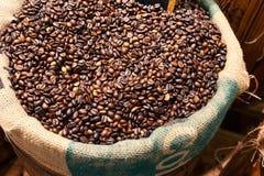 Φασόλι καφέ στο σάκο καφέ Στοκ Εικόνα