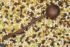 Φασόλι, μίγμα μπιζελιών με τα καρυκεύματα και ξύλινο κουτάλι Στοκ εικόνα με δικαίωμα ελεύθερης χρήσης