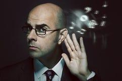 Φαλακρός επιχειρηματίας που ακούει τη μουσική Στοκ Εικόνες