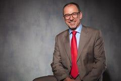 Φαλακρός επιχειρηματίας που φορά τα γυαλιά θέτοντας Στοκ Εικόνες