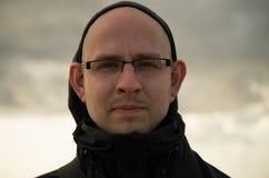 Φαλακρός τύπος με μια καλή ακρόαση Στοκ φωτογραφία με δικαίωμα ελεύθερης χρήσης