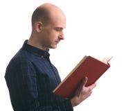 Φαλακρός τύπος που διαβάζει ένα βιβλίο που απομονώνεται Στοκ εικόνα με δικαίωμα ελεύθερης χρήσης