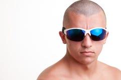 Φαλακρός τύπος που φορά τα γυαλιά ηλίου μόδας Στοκ Φωτογραφίες