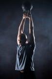 Φαλακρός χαρισματικός αθλητής που κάνει kettlebell την ταλάντευση στοκ φωτογραφία