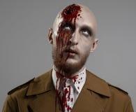 Φαλακρό άτομο με ένα σπασμένο κεφάλι Στοκ Φωτογραφίες