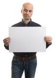 Φαλακρό άτομο με τις εκφραστικές χειρονομίες που κρατούν ένα έμβλημα Στοκ φωτογραφία με δικαίωμα ελεύθερης χρήσης
