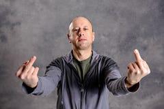 Φαλακρό άτομο που παρουσιάζει μέσο δάχτυλο Στοκ Εικόνα