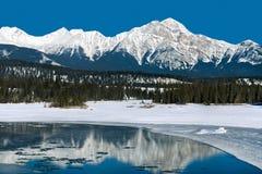 φγμένο το όρη δ βαθουλώνει herens τον ελβετικό χειμώνα κορυφών ροής χιονιού πυραμίδων λοφίων βουνών Στοκ φωτογραφία με δικαίωμα ελεύθερης χρήσης