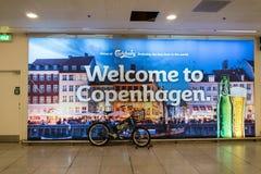 18 Φεβρουαρίου 2019 Αερολιμένας Kastrup Δανία Κοπεγχάγη Διαφήμιση της τυπωμένης αφίσας στον τοίχο του τερματικού : στοκ φωτογραφία