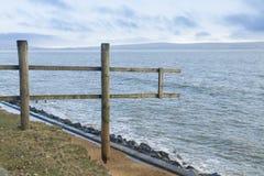 14 Φεβρουαρίου ζημία 2014, ξύλινος φράκτης θύελλας που αναστέλλεται όπου clif Στοκ φωτογραφία με δικαίωμα ελεύθερης χρήσης