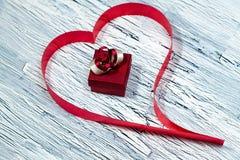 14 Φεβρουαρίου ημέρα βαλεντίνων - καρδιά από την κόκκινη κορδέλλα Στοκ Φωτογραφία