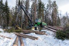 24 Φεβρουαρίου 2018 θεριστική μηχανή του John Deere σε ένα σουηδικό χιονώδες κρύο δάσος στοκ εικόνες