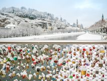 13 Φεβρουαρίου 2018, το Σάλτζμπουργκ Αυστρία, χειμερινή εποχή χιονιού τοπίων κλείδωσε το κλειδί του ζεύγους στη γέφυρα Στοκ Εικόνα
