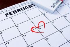 14 Φεβρουαρίου χαρακτηρισμένος στο ημερολόγιο και τα χρήματα που τίθενται κατά μέρος για τα δώρα Στοκ εικόνες με δικαίωμα ελεύθερης χρήσης