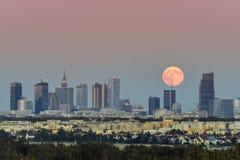Φεγγάρι αύξησης πέρα από την πόλη της Βαρσοβίας, Πολωνία Στοκ εικόνα με δικαίωμα ελεύθερης χρήσης