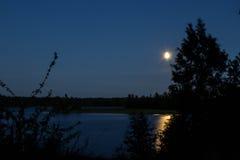 φεγγάρι λιμνών Στοκ φωτογραφία με δικαίωμα ελεύθερης χρήσης