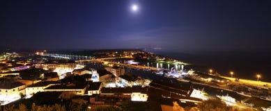 """Φεγγάρι και άποψη νύχτας σχετικά με την πόλη """"della Pescaia Castiglione """" στοκ φωτογραφία με δικαίωμα ελεύθερης χρήσης"""