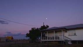 Φεγγάρι και πυροβολισμός κτηρίων απόθεμα βίντεο
