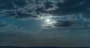 Φεγγάρι και σύννεφα τη νύχτα απόθεμα βίντεο