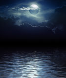 Φεγγάρι και σύννεφα φαντασίας πέρα από το νερό Στοκ εικόνες με δικαίωμα ελεύθερης χρήσης